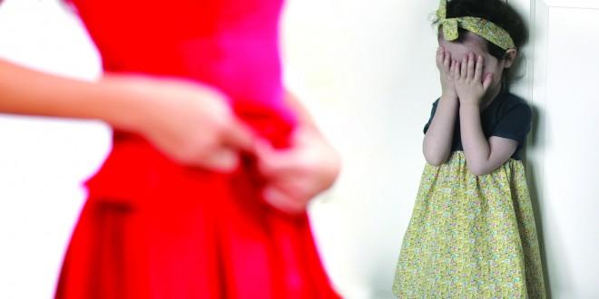 7 مخاطر عند تغيير الملابس امام الأطفال
