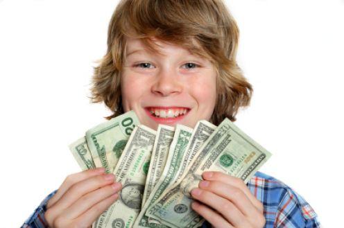 10 أخطاء ترتكبيها تجعل طفلك إنسان مادى محباً للمال!